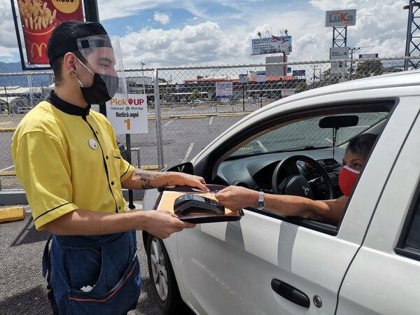 La modalidad de pick up de McDonald's está activa en 38 restaurantes de Cartago, San José, Heredia, Alajuela, Guanacaste y Limón. El sistema inició su operación en cinco restaurantes y debido a su aceptación, semana a semana, se fue incluyendo en más puntos de venta. Foto: Cortesía de McDonald's