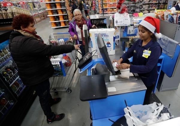 Clientes de compras en un Wal-Mart en Teterboro, Nueva Jersey. Entre julio y setiembre el PIB creció 2,9% gracias a las exportaciones y el consumo.