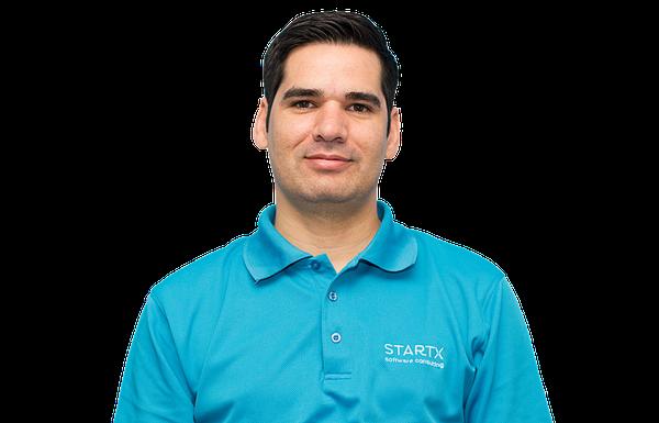 Yeudy Molina, CEO y confundador de StartX, dijo que parte de las claves del crecimiento de su empresa han sido la confianza en los colaboradores, entender que se requieren equipos interdisciplinarios y la perseverancia. (Foto cortesía StartX)