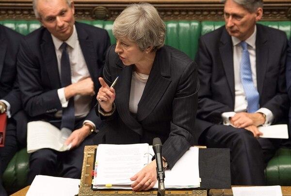 La primera ministra británica, Theresa May (centro), durante la sesión semanal de preguntas y respuestas en el Parlamento, el 5 de diciembre del 2018. Foto: AFP