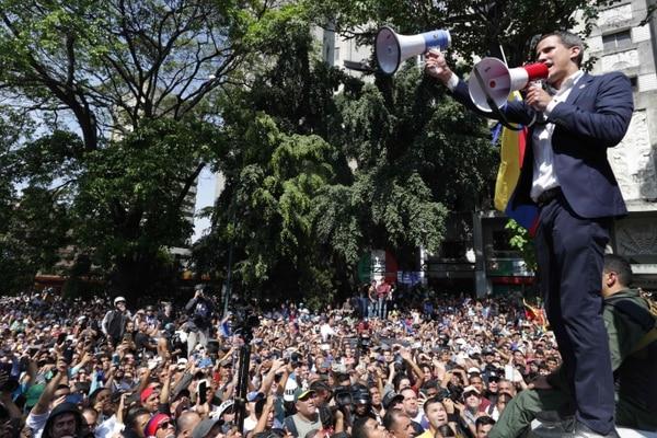 El líder opositor venezolano y autoproclamado presidente interino Juan Guaido pronuncia un discurso durante una reunión con simpatizantes luego de que miembros de la Guardia Nacional Bolivariana se unieron a su campaña para derrocar al presidente Nicolás Maduro, en Caracas, el 30 de abril de 2019. Fotografía: AFP.