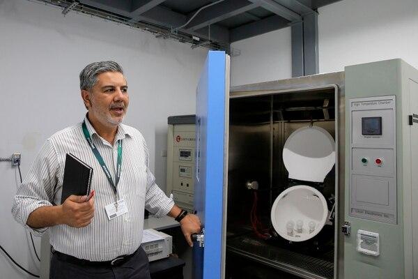 Oscar Monge, gerente de planta de Sylvania en Costa Rica, muestra equipo del laboratorio de pruebas que entrará a funcionar en los próximos meses. Foto: Mayela López