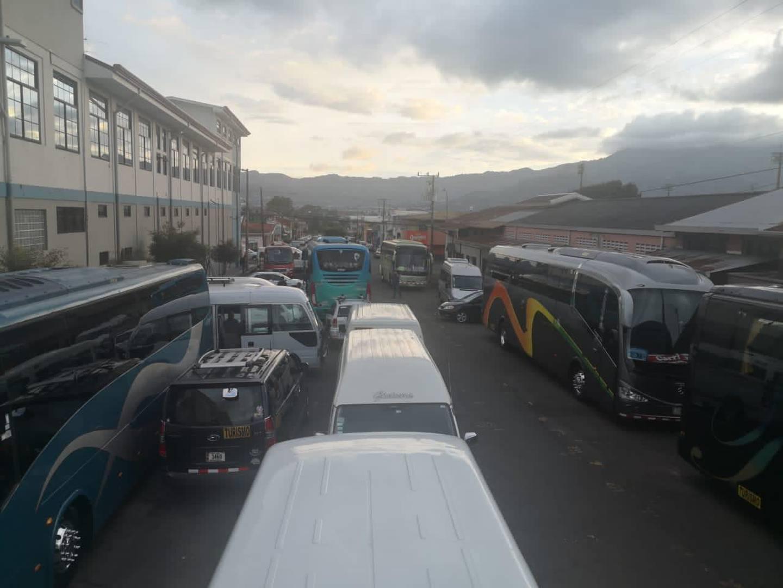 Los transportistas de turismo cumplirán este primero de diciembre la cuarta noche de acampar frente a las instalaciones del ministerio de Obras Públicas y Transportes, esperando que el ministro, Rodolfo Méndez Mata, los atienda.