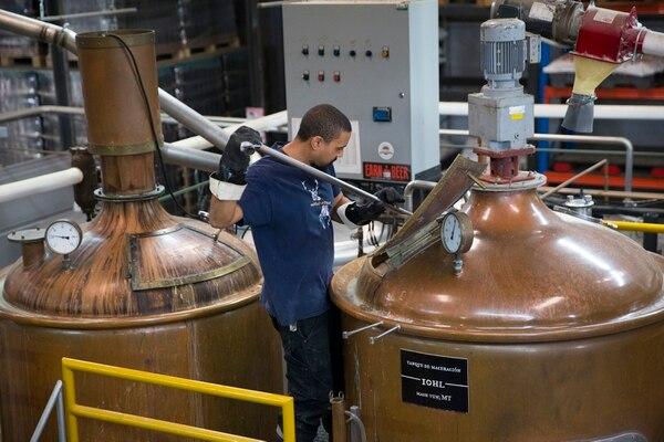 Costa Rica's Craft Brewing Company tiene dos maestros cerveceros que se encargan de seguir la receta de cada cerveza para mantener la calidad. (Foto: Alejandro Gamboa Madrigal).