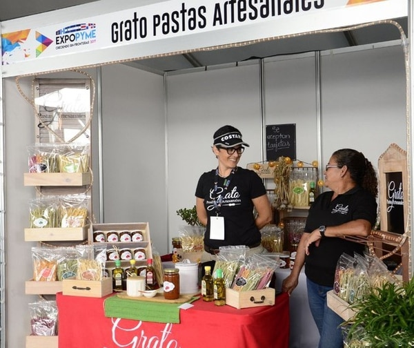 Graciela Ortega, junto a Irma Valdivia (su suegra, quien le apoya en la empresa) durante la Expo Pyme celebrada a inicios de abril en el Estadio Nacional.