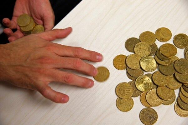 En este año, una mezcla de incertidumbre, poco premio por invertir, traslado de inversionistas y condiciones económicas particulares hicieron que las personas ahorraran menos en moneda nacional. (Foto: Mayela López).