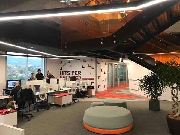 Para elegir el diseño de sus oficinas, la operación de Akamai Technologies se cuestionó cómo hacer que los colaboradores tuvieran acceso a áreas para reuniones informales y formales, espacios para innovar y trabajar en proyectos e ideas. Foto: Akamai para EF
