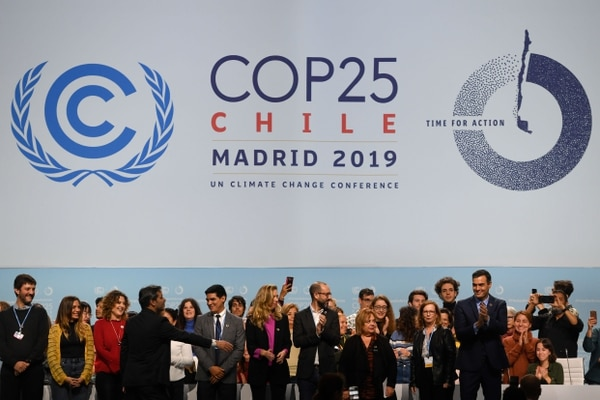 El primer ministro español, Pedro Sánchez, aplaude mientras posa con voluntarios en el escenario durante una visita al centro de congresos IFEMA en Madrid el 30 de noviembre de 2019, donde se realizará la cumbre climática COP25 del 2 al 13 de diciembre de 2019. Fotografía: AFP.