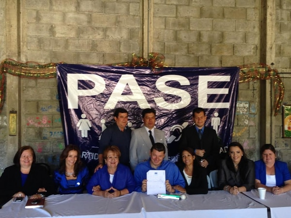 Los candidatos a diputado en los primeros puestos de las siete papeletas del PASE firmaron un compromiso público en el que se comprometieron a renunciar a sus curules en caso de que decidan irse del partido o dar la adhesión a otra fuerza política durante el periodo 2014-2018.