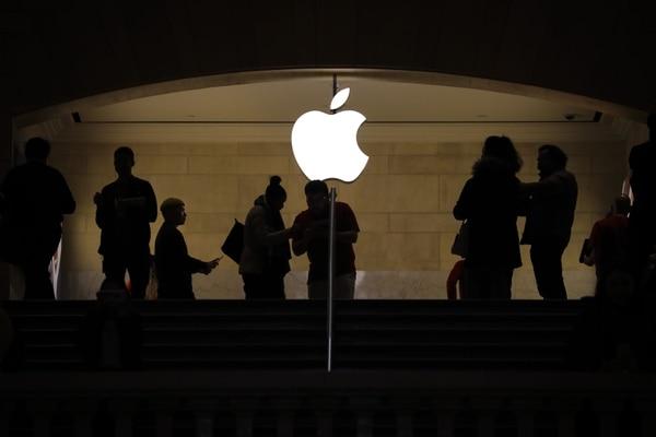 Apple, que afronta una caída del interés por los smartphones, intenta acelerar su diversificación en los servicios, entre ellos el streaming, pero sus resultados siguen dependiendo en gran medida de su teléfono inteligente, el iPhone. (Foto archivo GN)