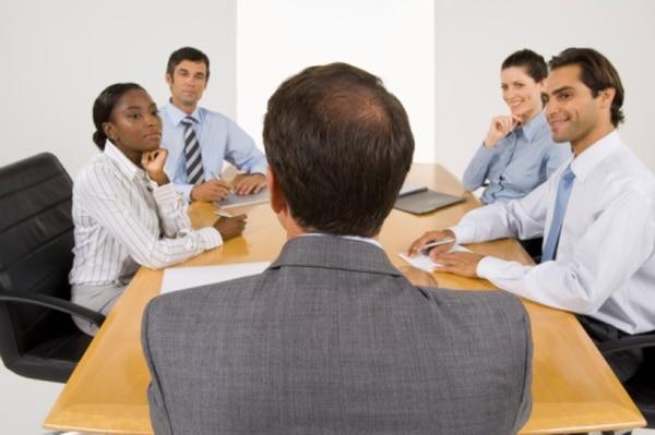 En las reuniones, aprenda a escuchar las perspectivas de su equipo y muestre empatía para ganarse la confianza de ellos.