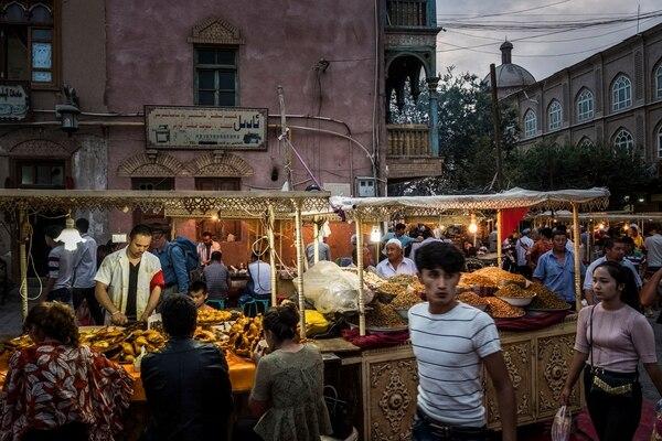 La recolección de ADN de la población forma parte de una vasta campaña de vigilancia y opresión que realiza China. Aquí, un mercado en Kashgar, una ciudad en la región de Xinjiang.