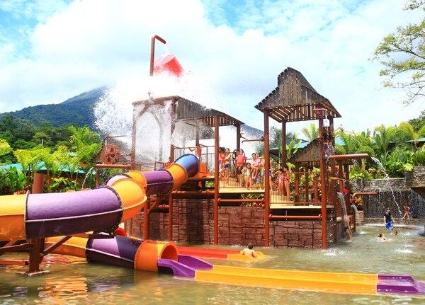 Los baldes giratorios son una de las atracciones preferidas por los visitantes de Kalambú Hot Springs en La Fortuna.