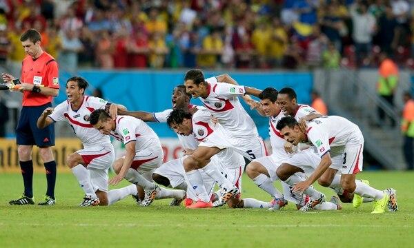 Costa Rica avanzó a cuartos de final del Mundial de Brasil 2014. Eso significó más dinero para los clubes dueños de las fichas de los jugadores (AP Photo/Petr David Josek)