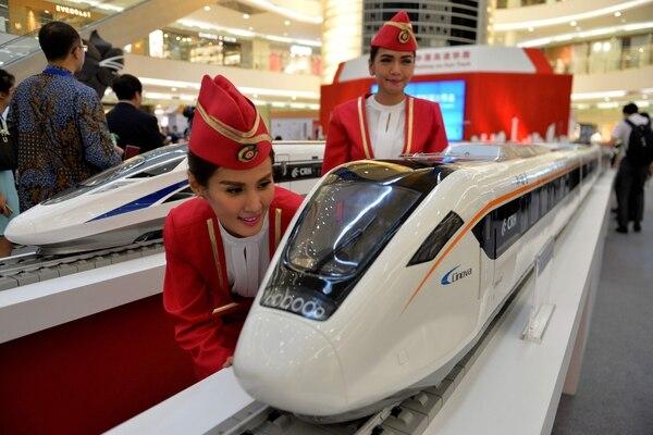 Las nuevas ruta de la seda es el gigantesco programa de infraestructuras cuyo objetivo es consolidar las relaciones de China en tres continentes --Asia, Europa, África-- y fue iniciado por Xi en 2013 para incrementar la influencia china en el planeta. / AFP PHOTO / Bay ISMOYO