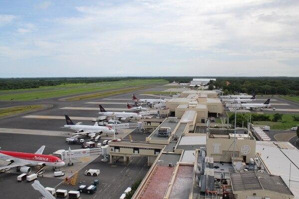 Aviones de Avianca y Taca en el Aeropuerto Internacional de El Salvador.