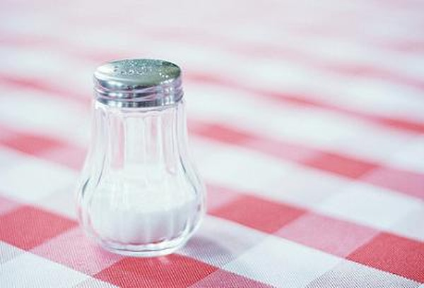 La sal es necesaria en el organismo en pequeñas dosis, pero si se sobrepasa se puede producir retención de líquidos y aumento de la presión de las arterias.