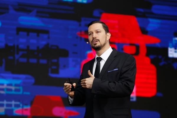 El experto en ciberseguridad de Cisco, Gustavo Aguilar, advirtió durante el Tigo Business Forum 2018 sobre el precio que obtienen los hackers por la información de los usuarios y lo atractivo que es para ellos secuestrar o robar datos. (Foto Albert Marín)