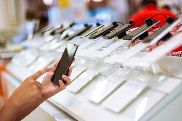 Para el 2018 se espera que los celulares continúen con las cámaras dobles, pantallas sin bordes y mejores rendimientos gracias a sus procesadores. AFP