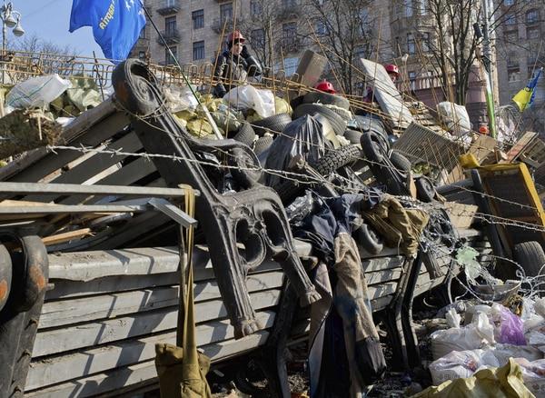 Imagen de una barricada situada en una de las calles de acceso a la plaza de la Independencia (Maidán) de Kiev (Ucrania)
