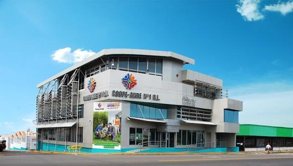 La sustitución de las luces utilizadas en el edificio central de Coope Ande en San José, fue una de las medidas implementadas por la empresa para reducir el consumo de electricidad. Esta decisión benefició su factura eléctrica.
