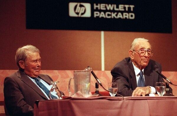 William R. Hewlett y David Packard fundadores de Hewlett-Packard en 1939, cuando el segundo anunció su retiro como presidente de la compañía en setiembre de 1993.
