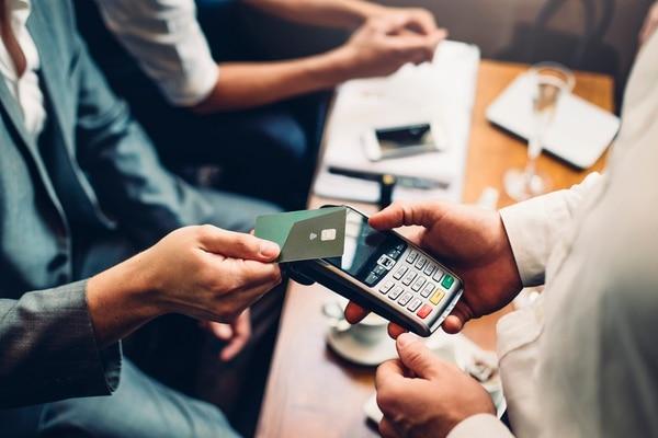 Cuando la deuda de la tarjeta de crédito es muy alta, se empieza a ensanchar más y el deudor presenta atrasos, este puede verse afectado en su calificación crediticia ante la Superintendencia General de Entidades Financieras (Sugef). Una vez manchada esta nota, se tarda meses en recuperarla, aún después de saldada la deuda. (Foto: DGLimages para EF).