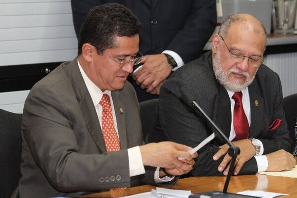 Él presidente del Congreso, Luis Fernando Mendoza (izq) instaló, este miércoles, las comisiones plenas