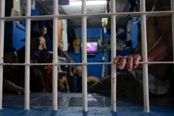 Entre el 2006 y el 2008 no había sobrepoblación en las cárceles del país, pero el problema emergió con fuerza en el 2009, hasta llegar a un estimado de casi 4200 personas, en el 2015.