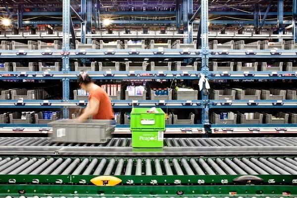 Un trabajador de Peapod, un comercio de abarrtores en línea, alista un pedido en las instalaciones del a empresa en Nueva Jersey. La rentabilidad de la entrega de abarrotes en grandes metrópolis es un reto para la industria y convierte a la actividad en la última frontera del comercio digital.