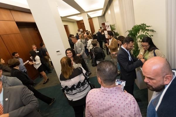 Cuando participe en eventos de networking, vaya preparado para explicar de forma sencilla y breve en qué consiste su negocio y qué pretende. (Foto: Business Network International para EF).