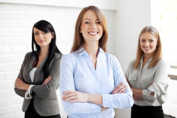 Algunos obstáculos que evitan que las mujeres crezcan en las empresas son los estereotipos contra ellas, la falta de modelos femeninos de alto nivel o exitosos, la falta de experiencia gerencial significativa, así como la ausencia de mentores.