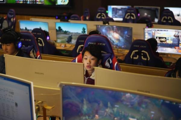 En el liceo técnico Lanxiang, en Jinan (este) de China se imparte una materia de videojuegos para estimular el eSport. / Foto de AFP/ GREG BAKER.