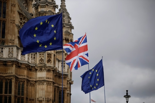 Las banderas europeas y una bandera de la Unión Británica colocada por el anti-Brexit permanecen en la Unión Europea, el lunes 18 de marzo de 2019. Foto: AP