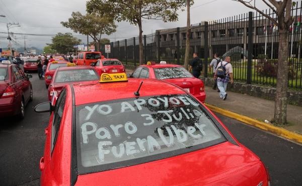 4/7/2018. Zapote. Manifestacion de taxistas frente a la Casa Presidencial. Foto: Jeffrey Zamora.