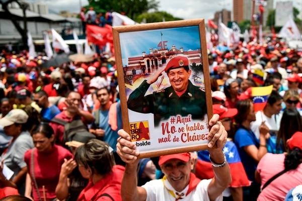 Un simpatizante del presidente Nicolás Maduro muestra el retrato del fallecido expresidente Hugo Chávez, durante la manifestación del chavismo el 1 de Mayo.