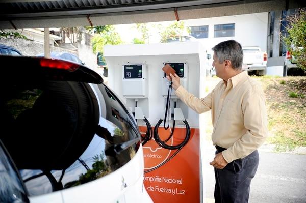 Como meta específica, al menos tres instituciones públicas –además del Instituto Costarricense de Electricidad (ICE)– deberán adquirir vehículos cero emisiones. Esto será parte de un plan piloto de cambio de flotas institucionales, respaldado en una de las directrices que el presidente Carlos Alvarado firmó en 2018. Fotografía: Marcela Bertozzi