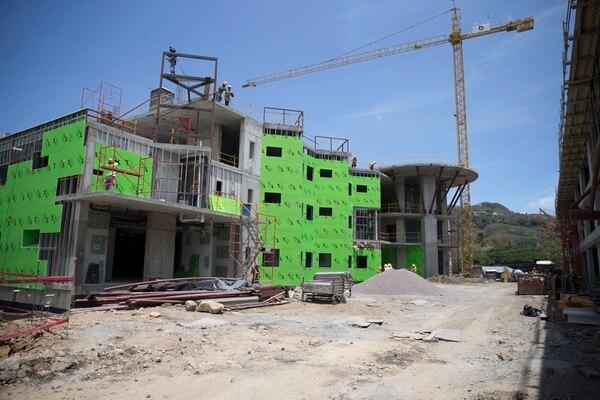La sede del Hospital Clínica Bíblica en Santa Ana tiene un edificio principal con helipuerto y tres pisos. Fotografía: Alejandro Gamboa Madrigal