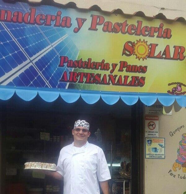 Alejandro Solís, emprendedor de 46 años, les aconseja a los emprendedores invertir en energías limpias, pues ese es el futuro. Desde los 15 años, él trabaja como pastelero. (Pastelería y Cafetería Fina Santo Domingo para EF).