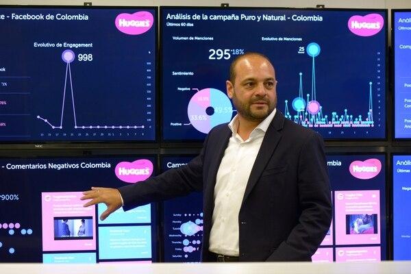 La sede de Kimberly-Clark en Costa Rica ha invertido en tecnología para monitoreo de redes sociales y conversación sobre sus marcas. Uribe mostró algunos de los indicadores de la región que se revisan en tiempo real. Fotografía: Agencia Ojo por Ojo
