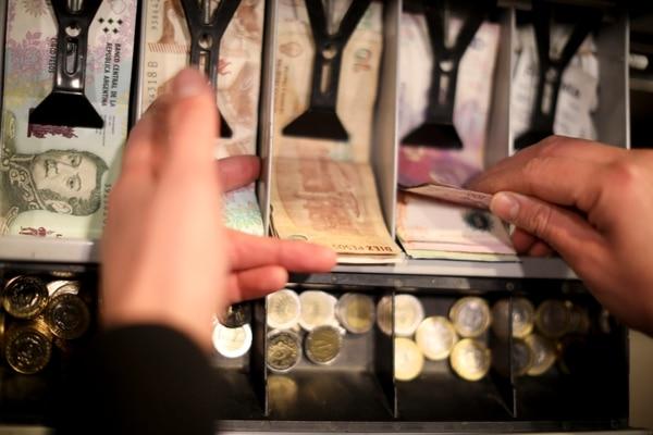Las medidas trajeron algo de calma. El tipo de cambio oficial ha oscilado alrededor de los 58 pesos toda la semana, el 'Blue' de 59 pesos y el 'Contado con liqui' de 62 pesos, estabilizados respecto a la fiebre desatada el día después de las primarias. (AP Photo/Natacha Pisarenko)