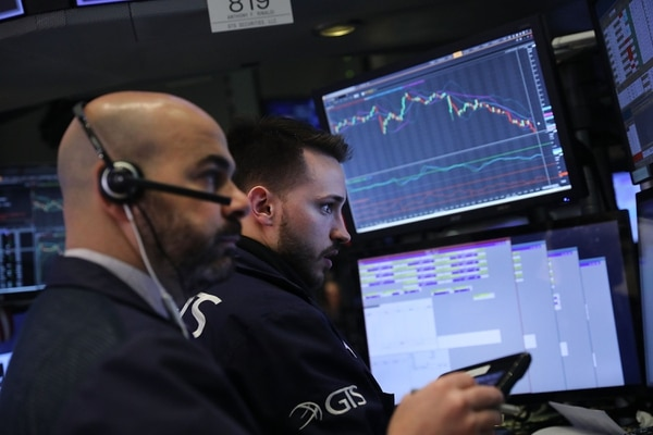 NEW YORK, NY - Corredores en el piso de remates de la Bolsa de Valores de Nueva York el 5 de febrero, día en que el Dow Jones perdió 1.175 puntos.