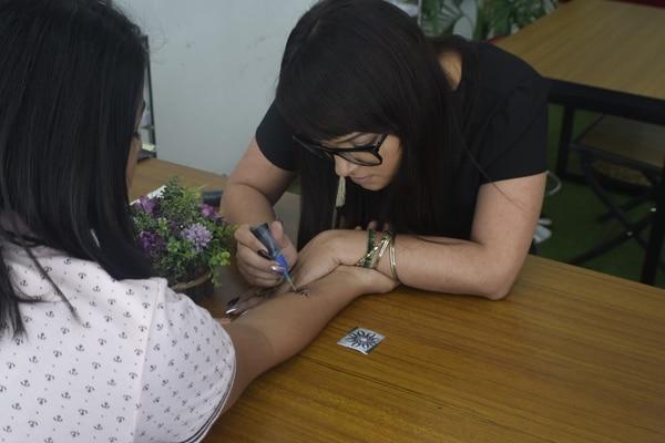 Además del local en City Mall, se habilitará próximamente un quiosco en el que, aparte de hacer tatuajes temporales, se ofrecerá el servicio de pintacaritas. (Foto: Tatuajes Temporales RBK para EF).