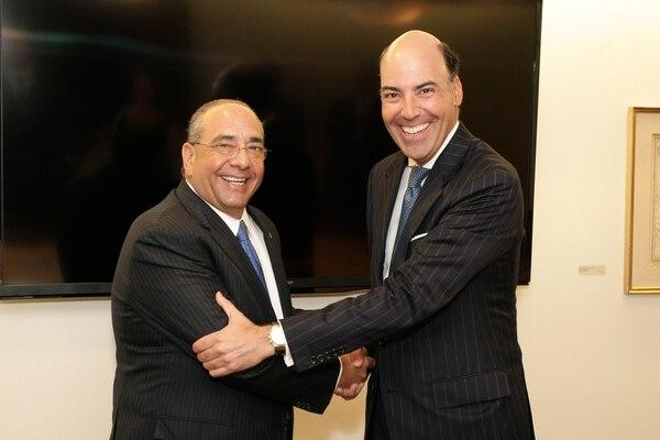 Camilo Atala, CEO de Grupo Financiero Ficohsa, y Francisco Aristeguieta, CEO de Citi Latinoamérica, en la firma del acuerdo.