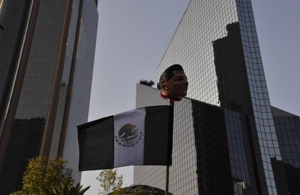 En México, continúan las fuertes protestas por el aumento de más del 20% en el precio de la gasolina. Precisamente, ese incremento hace temor una mayor inflación en ese país y un impacto sobre el peso.