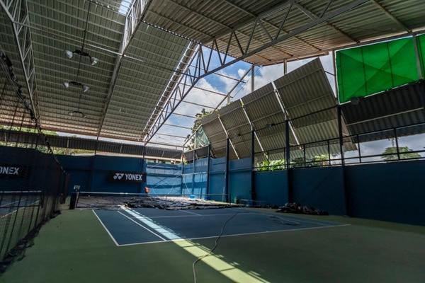 La renovación de los pisos de las canchas de tenis ya finalizó y la del techo está por terminarse. Fotografía: José Cordero
