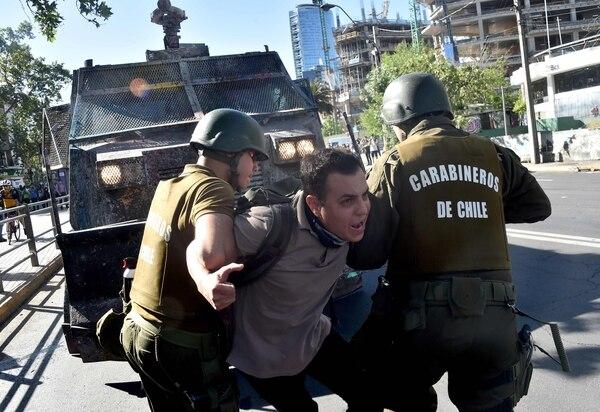 Un manifestante es detenido por la policía antidisturbios durante los enfrentamientos en Santiago el pasado 7 de noviembre de 2019. Foto: AFP.