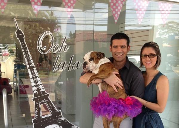 Nicole Rudín, junto a su esposo Jorge Rodríguez y su perra Bianca, quien es como su hija.