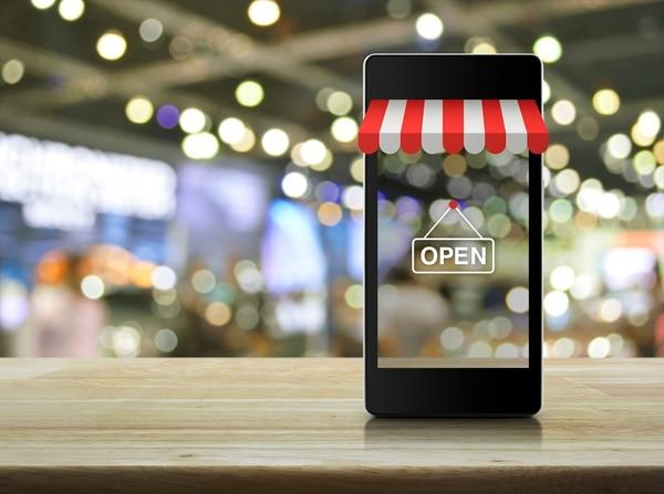 La empresa Kolau puso a disposición de las pymes costarricenses una plataforma para que puedan crear su propio sitio y efectuar ventas en línea. Foto: Shutterstock.