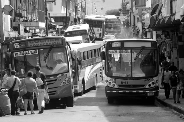 El transporte público es un gran reto para Costa Rica. Existen algunos proyectos, de los cuales el principal es el tren rápido de pasajeros, que pretende transportar multitudes de manera eficiente.